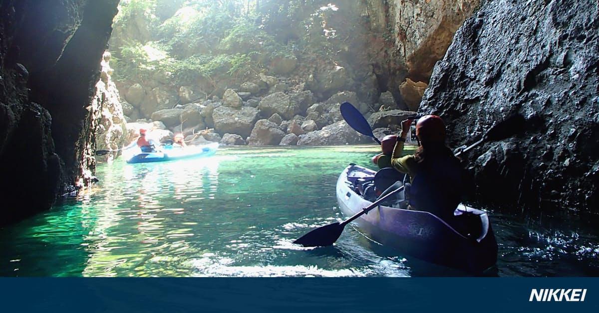 カヤックで「青の洞窟」へ 竹野海岸(兵庫県豊岡市): 日本経済新聞