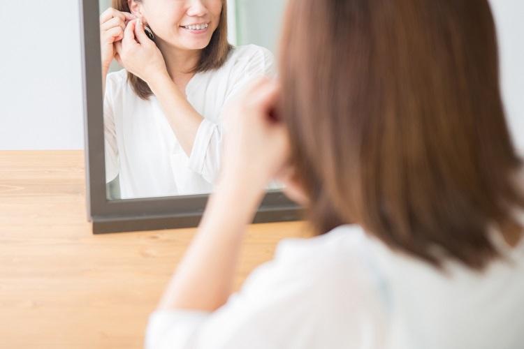 女子大生のピアス離れ 「就活に不利」「耳に穴を開ける必要ない」 | マネーポスト