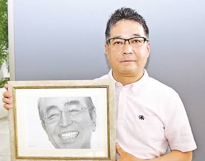 天国の志村けんさんの鉛筆画を志村さんの兄に贈る