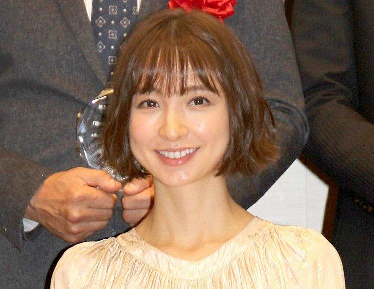 [SNSでの子供の顔出しどう思う?]篠田麻里子、娘の顔出しショット公開