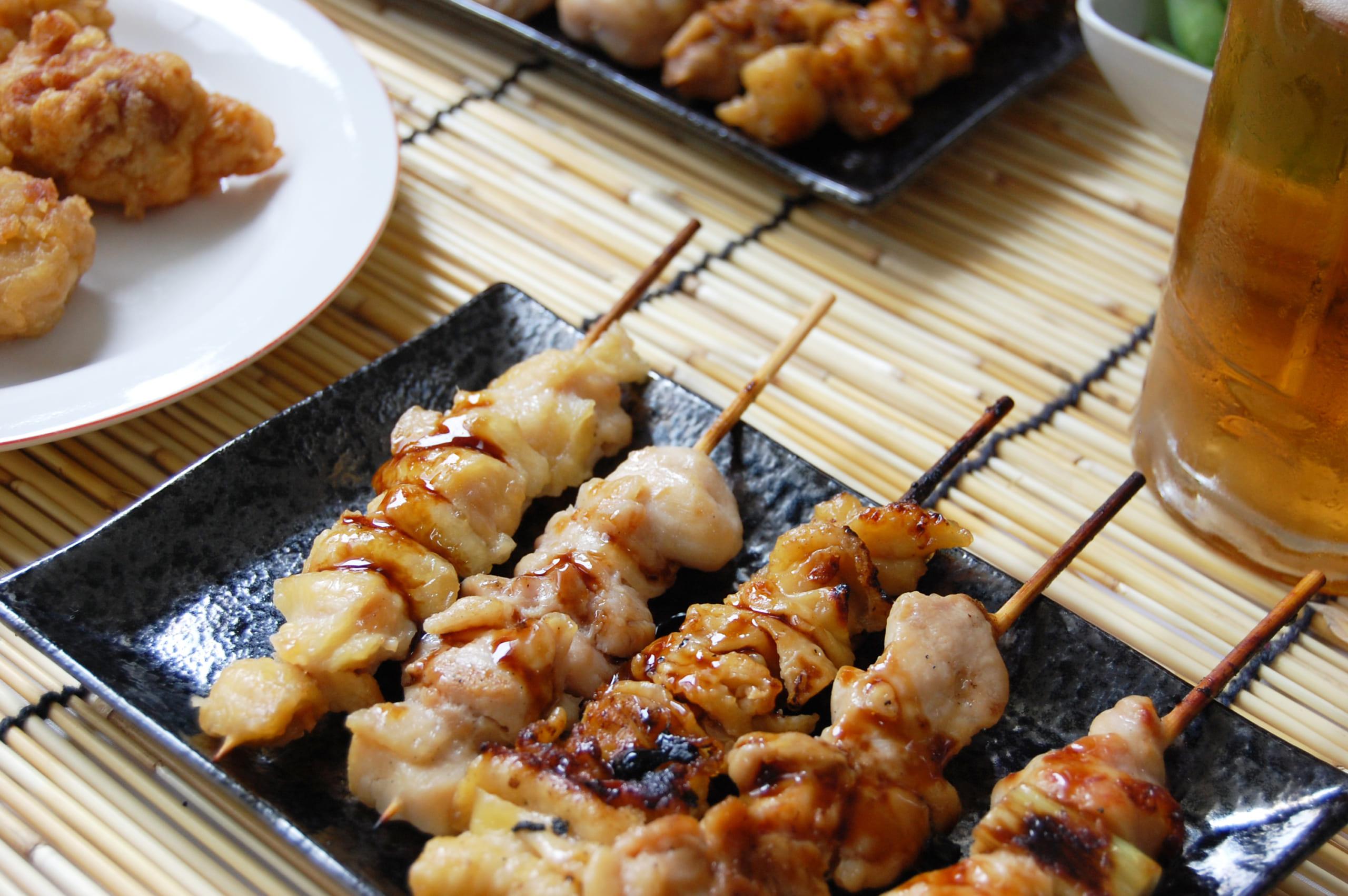 焼き鳥を串から外して食べますか?
